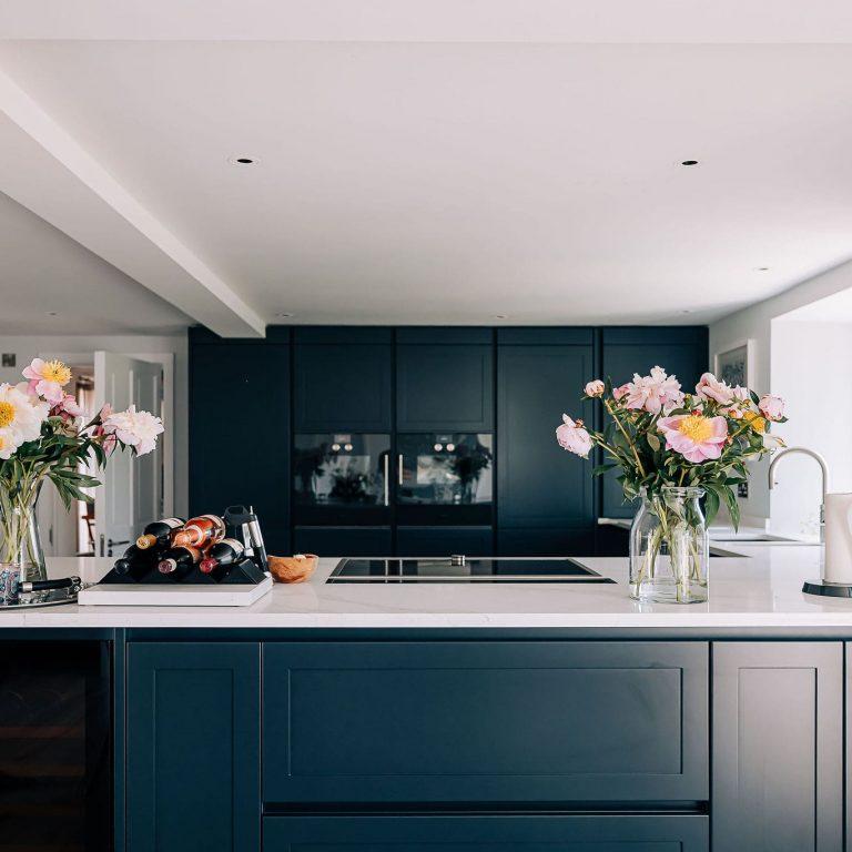 Calacatta gold white quartz kitchen worktop with dark grey kitchen cabinets
